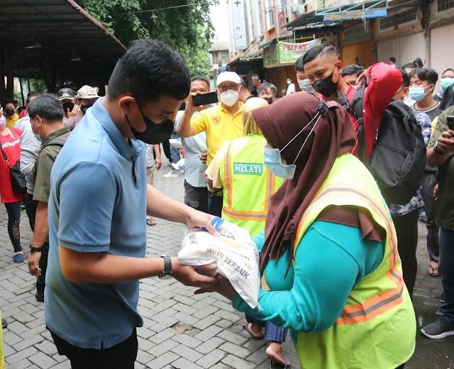 Bobby Nasution  Serahkan Bantuan Sembako untuk  Petugas Kebersihan