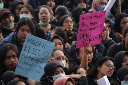 Ribuan Mahasiswa Berbaju Hitam Kepung DPRD Malang: DPR Pek*k