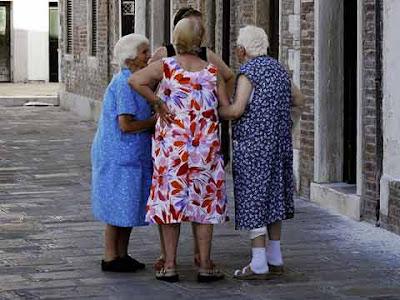 Donne anziane chiacchierano in calle a Venezia