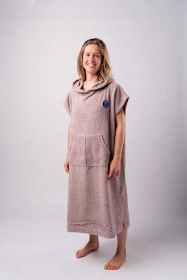 Opzoek naar de perfecte mix tussen een badjas en een handdoek? Kies voor de warme en comfortabele Ponchy. voorbeeld in het roze.