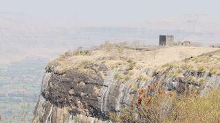 शिवनेरी किल्ल्याचे विहंगम दृष्य