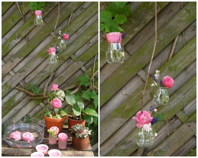 Hängende Glasvasen mit Rosenblüten und Lavendel