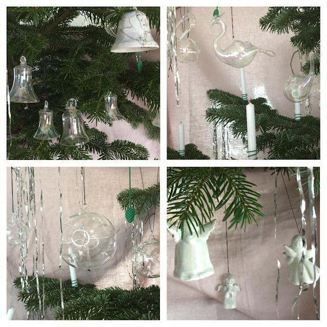 Christbaumkugeln am Baum: Glocken, Schwäne, Sputnik und Engel