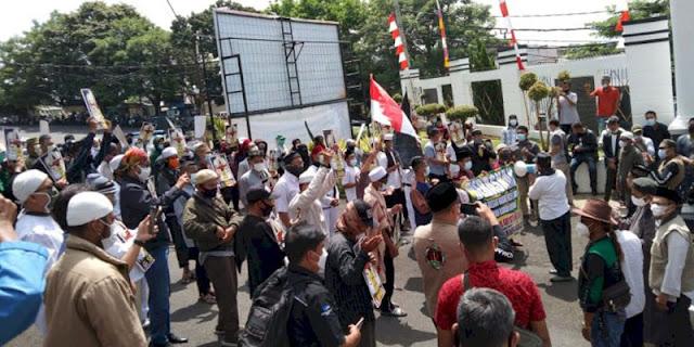 Geruduk Kejati Lampung Tuntut Pembebasan Habib Rizieq, Puluhan Massa Geram Nyatakan 8 Sikap