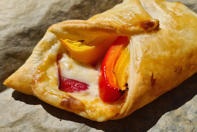 Ein Rezept, zwei Varianten: Blätterteig-Taschen mit grünem Spargel und mit Paprika. Mit Schinken, Käse und leckerem Gemüse gefüllt essen Kinder die Blätterteigtaschen gern!