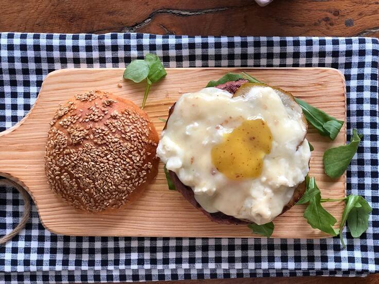 Hamburguesa de ternera con pera y gorgonzola