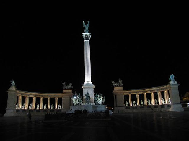 plaza eroes budapest de noche