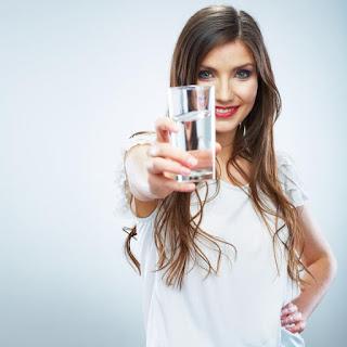 · عند شرب الماء تمتلئ المعدة، مما يقلل من الإحساس بالجوع.  · يمنع تكون الدهون وترسبها بالجسم، مما يخلصك من السمنة والكرش.  · يعمل على تخليص جسدك من السموم.  أضرار ريجيم الماء:  ضعف السعرات الحرارية في ريجيم الماء يسبب الخمول، وقد يؤثر بشكل واضح على الحالة النفسية.  كيف نستخدم رجيم الماء؟