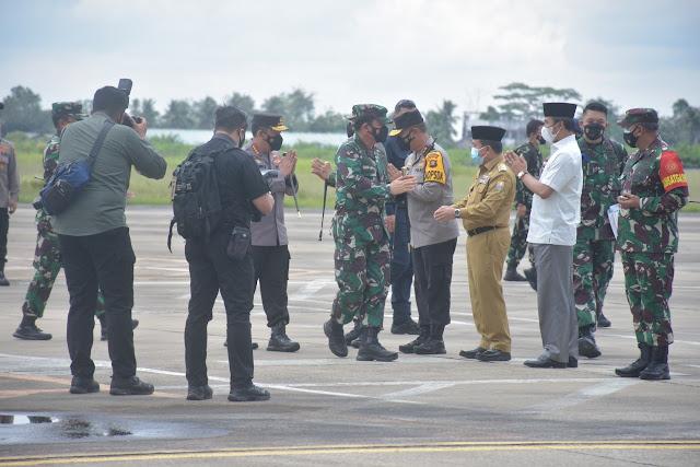 Kapolda Jambi Sambut Kedatangan Panglima TNI dan Kapolri di Ruangan VVIP Bandara Sulta Thaha