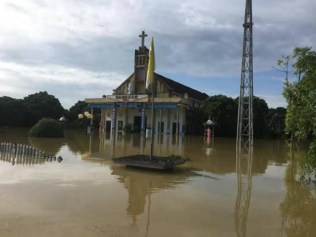 Nhiều ngôi Thánh Đường chìm trong nước lũ