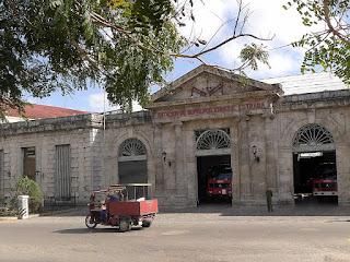 Kuba, Matanzas, Parque de los Bomberos an der Plaza de Vigia, neoklassizistische Fassade, Tor offen darin Feuerwehrautos.