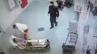 كاميرا مراقبة فديو يوثق ضرب مسعف ألماني للاجئ سوري وهو مكبل الايدي