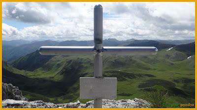 Vistas de la cruz cimera del Pico la Mesa en Ubiñas