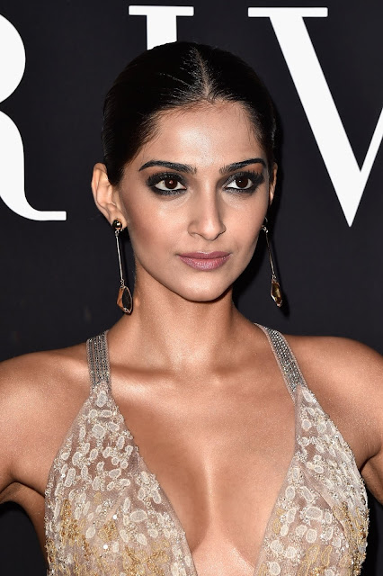 Sonam Kapoor sexy cleavage show at an event + other HQ pics!!!!