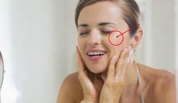 membersihkan wajah berminyak
