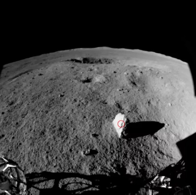 estranha rocha pontuda encontrada pelo rover Yutu 2 no Lado Oculto da Lua