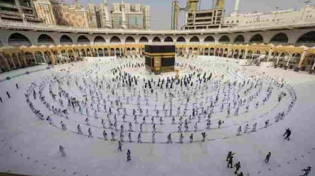 ARQUIVO - Nesta foto de arquivo de 31 de julho de 2020, peregrinos caminham ao redor da Kaabah na Grande Mesquita na cidade sagrada muçulmana de Meca, Arábia Saudita. (Ministério de Mídia da Arábia Saudita via AP, Arquivo)