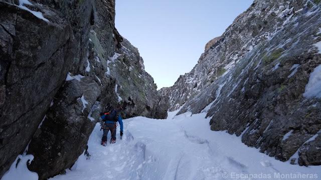 Alpinista subiendo el corredor Vermicelle en Cambre d'Aze.