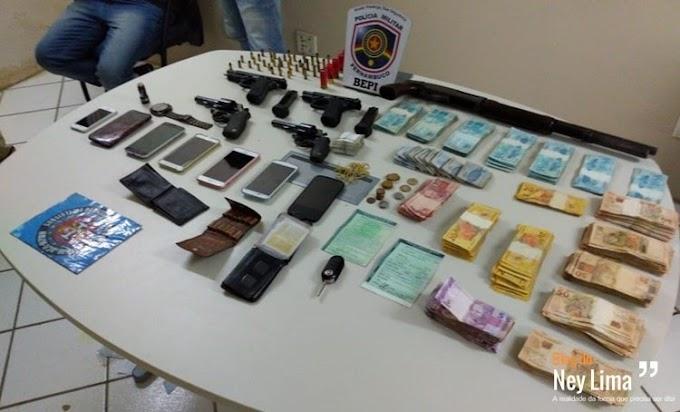 Após confronto, polícia recupera dinheiro e armas de fogo
