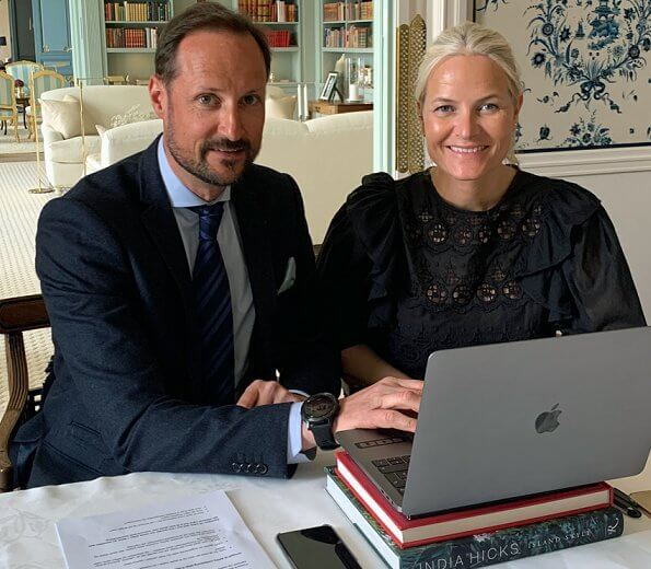 Crown Princess Mette Marie wore a navy ruffle half sleeve blouse by Pia Tjelta. Dr. Tore Godal and Frederik Kristensen