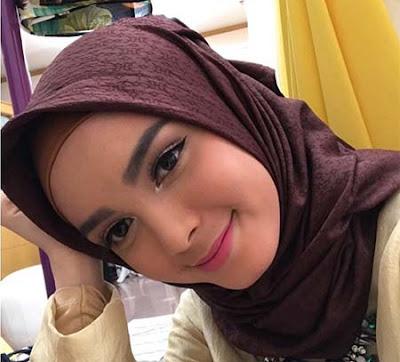 Claudia Andhara Pakai Hijab Cantik