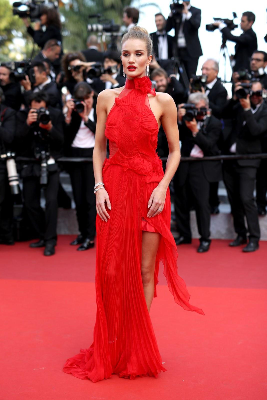 cd2d59c5d30b La modella sceglie un abito rosso fuoco asimmetrico per il red carpet di Cannes  2016. Ed è semplicemente stupenda.