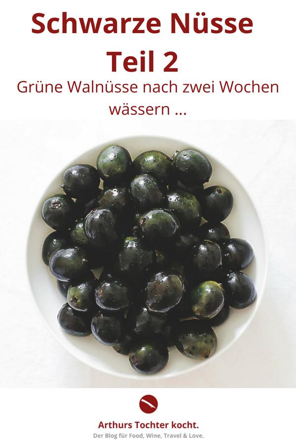 Schwarze Nüsse, Teil 2: Zwischenstand nach zwei Wochen wässern {fermentieren} #grüne_nüsse #schwarze_nüsse #rezept #gesund #wässern #einlegen #vegan #vegetarisch #wild #käse #anleitung #foodblog #blogger #einkochen #diy #walnüsse #garten #ernte #vorratshaltung #