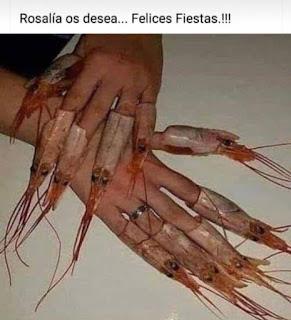 manos de mujer con cabeza de gambas en las uñas