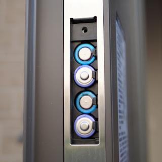 電池のプラスマイナスの電極を確認して充填します。
