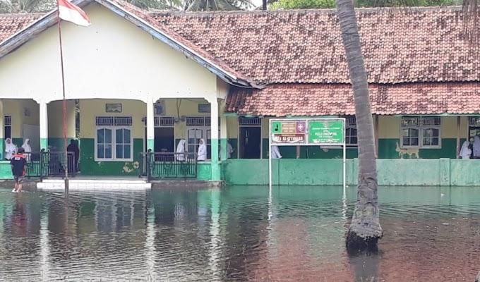 Akibat Curah Hujan Tinggi, Mts Al Ijtihaad Pulau Panjang Terendam Banjir