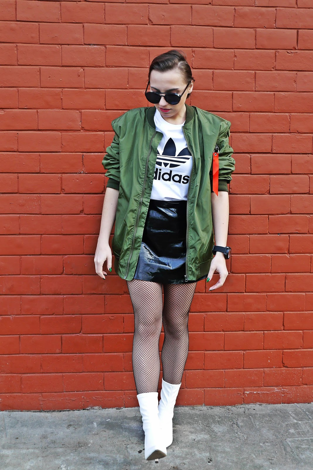 1_oversize_green_bomber_jacet_white_boots_adidas_tshirt_karyn_blog_modowy_080318a