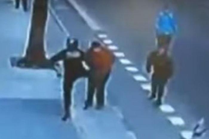Imágenes de policías golpeando a un indigente a fines de agosto / CAPTURA PANTALLA