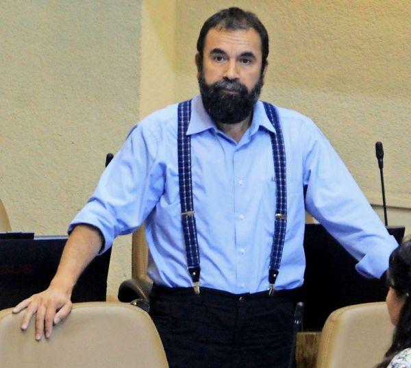 Gobierno critica a Gutiérrez (PC) por imagen junto a menor encapuchado
