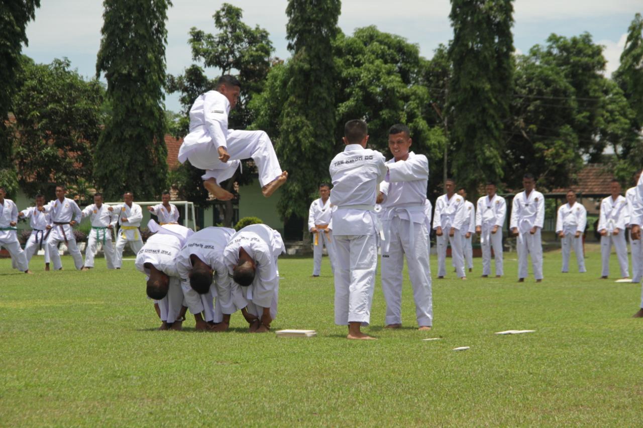 Prajurit Yonif 511/DY Melaksanakan Demontrasi Karate Dan Taekwondo Dihadapan Tim Dari Disjasad