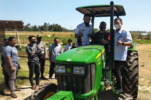 Komandan Kodim 1422 Maros Serahkan Bantuan Traktor dari Kementerian Pertanian (Kementan) Republik Indonesia (RI)