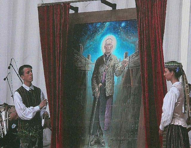 Na cerimônia da beatificação de D. Matulionis em Vilnius, seu quadro é exposto à veneração religiosa dos fiéis.