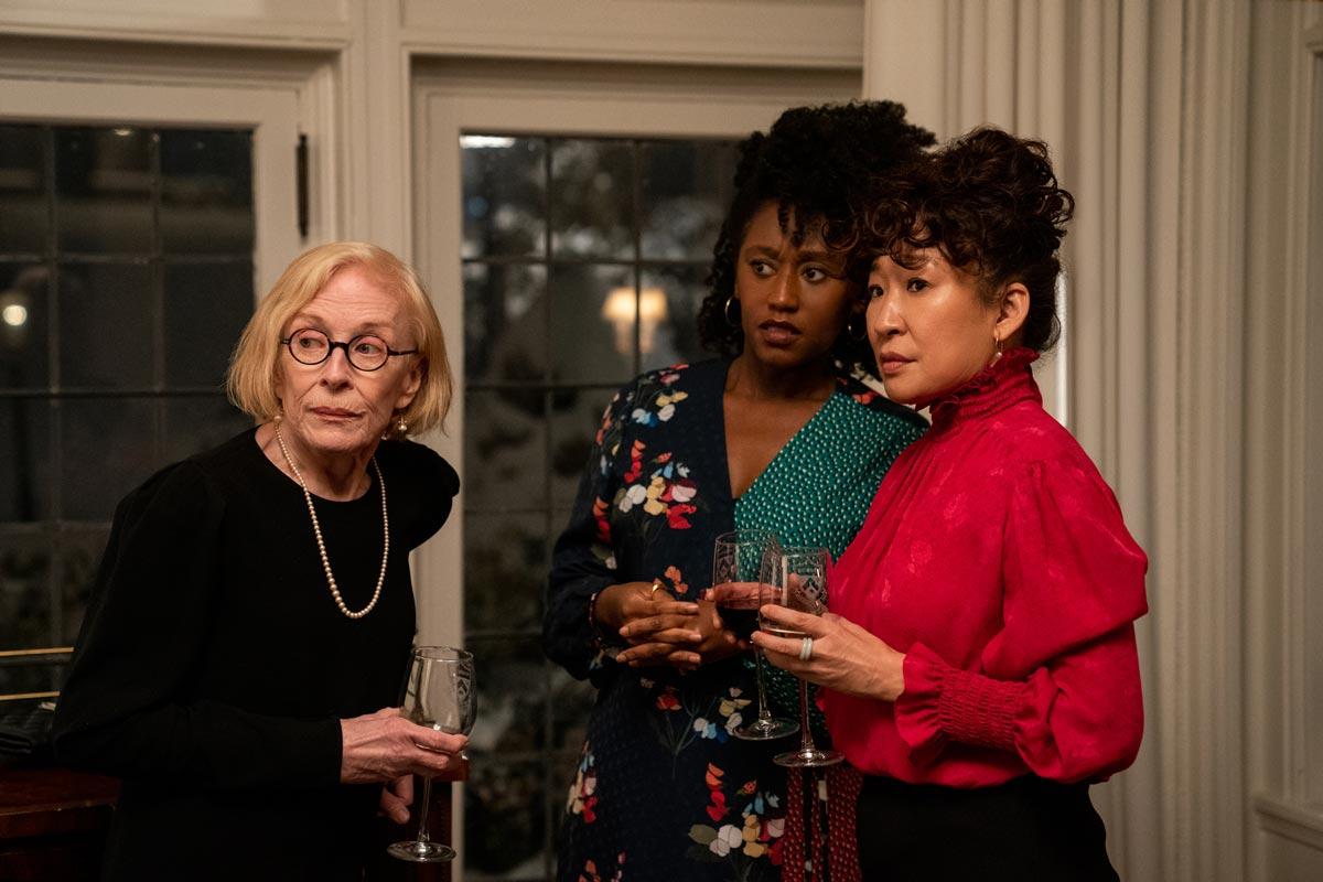 Ji-Yoon, Joan y Yaz en una fiesta del departamento de inglés en The Chair de Netflix
