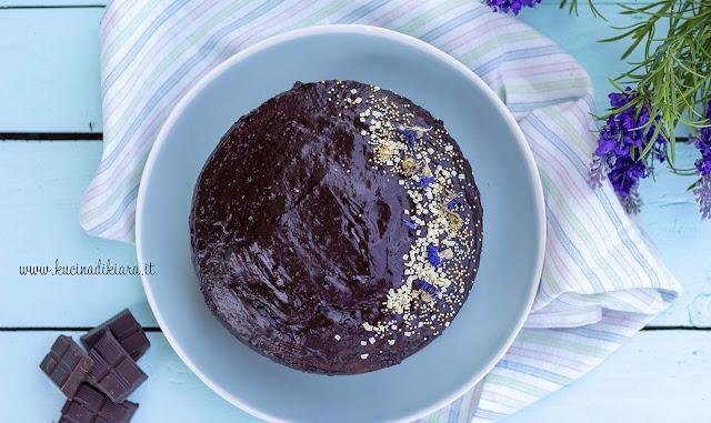 Torta variegata al cioccolato e frutti di bosco