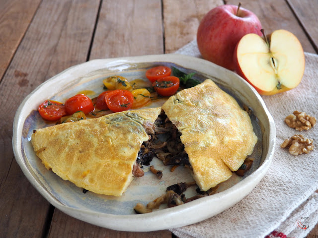 Tortilla rellena de setas de temporada, rebozuelos (rossinyols), trompetas de la muerte y angulas de monte (camagrocs), aderezadas y aromatizadas con manzana, limón y nueces.