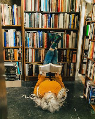 pose acostada leyendo un libro en la biblioteca tumblr casual