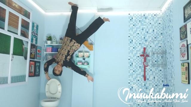 Latihan keseimbangan di WC