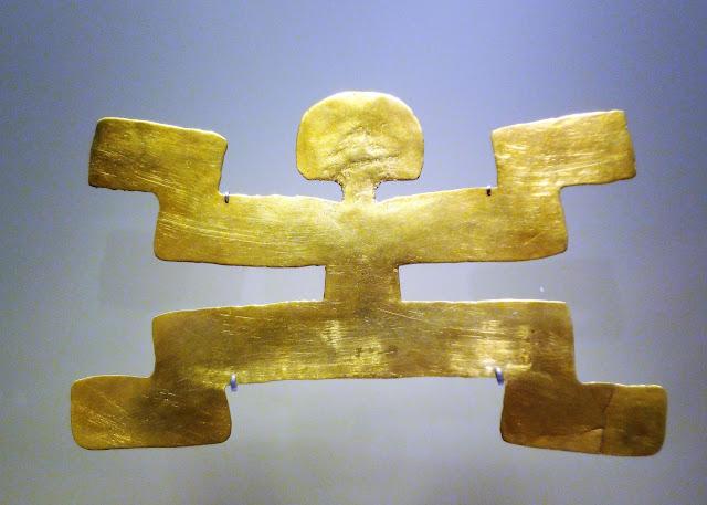 人間の姿をした金の装飾品