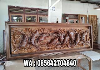 relief ikan koi kayu