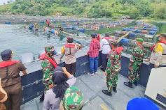 Kapolda Sumut dan Bupati Saksikan Penertiban KJA di Danau Toba