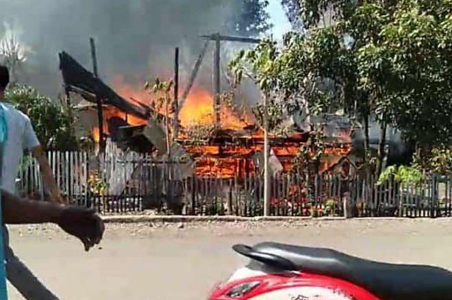 BREAKING NEWS: Kebakaran di Sibulue Bone, Rumah Warga Rata dengan Tanah - BONE TERKINI
