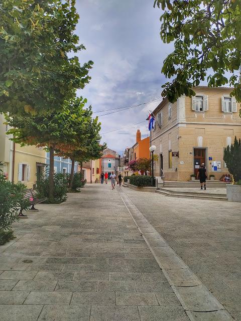 okolice centrum Omišalj, uliczki w Chorwacji, widoki