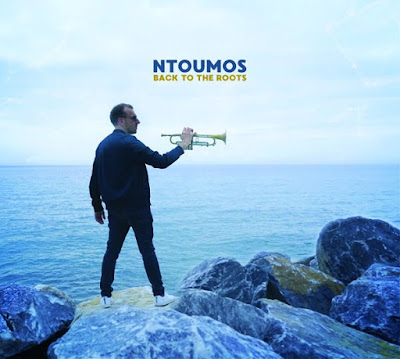 Avec Back To The Roots, Dominic Ntoumos nous envoûte par son style néo jazz fusion des musiques traditionnelles et modernes