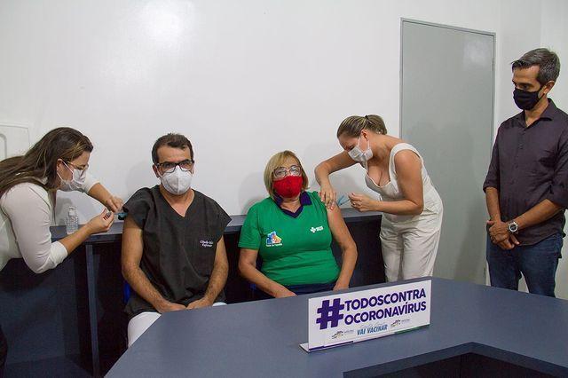 Agente de saúde e enfermeiro da UPA são primeiras pessoas vacinadas contra Covid-19 em Santa Cruz do Capibaribe