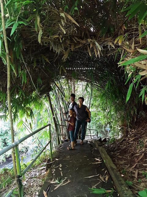 Keluarga Suwanto di Makam Tuanku Imam Bonjol  Lotta, Pineleng, Minahasa, Sulawesi utara
