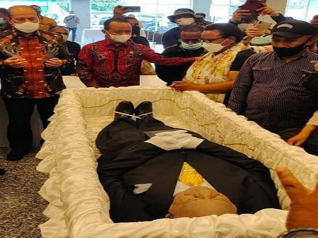 Jenazah Wagub Papua Klemen Tinal Tiba di Bandara Theys Eluay Sentani pada Sabtu